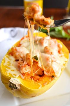 Cheesy Spaghetti Squash Boats With Chicken & Roasted Red Pepper Cream Sauce 23 Low-Carb Dinners Under 500 Calories That Actually Look Good AF Cheesy Spaghetti Squash, Baked Spaghetti, Dinners Under 500 Calories, Low Carb Recipes, Healthy Recipes, Delicious Recipes, Healthy Snacks, Eating Vegetables, A Table