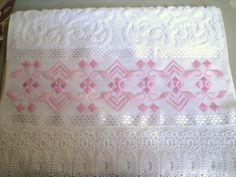 Marca: Karsten, 99% algodão e 1% viscose  Medida: 33 x 50cm  Cor: branca (Melina)  Trabalho: ponto reto e 2 tons de rosa  bordado pode ser na cor que o cliente desejar  Cores de toalhas disponível! Branca e creme