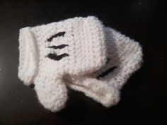 Minnie Mouse crochet mittens for Minnie Mouse costume. No pattern. Made with sc and hdc stictches and acrylic white yarn. Black yarn sewn for the lines.