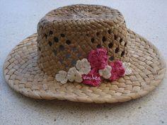 Aquí tenéis más fotografías para que veáis qué forma tienen los sombreros y el detalle de las flores con las que los hemos customizado.  Puedes ver el post completo en: http://www.vioches.com/1/post/2013/08/sombreros-customizados-con-crochet-para-combatir-el-calor.html