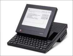 今からおよそ30年以上も昔、1980年代にApple社が将来を見据えて考案していた製品のプロトタイプの写真です。日本初のポータブル電話機である肩にかけて持ち運ぶ「ショルダーフォン」がNTTから発売されたのが1985...