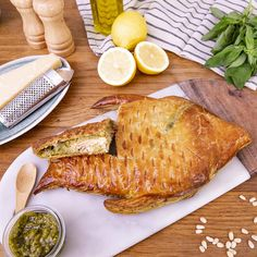 Pesto puff salmon - Prepare a festive dish with the very elegant flaky salmon flavored with pesto! Vegetarian Recipes Videos, High Protein Vegetarian Recipes, Healthy Low Carb Recipes, Healthy Meals For Kids, Healthy Dessert Recipes, Healthy Chicken Recipes, Meat Recipes, Dinner Recipes, Vegetarian Food