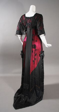 Back of 1912 red and black beaded evening dress at Contentment Farms Antiques Edwardian Gowns, Edwardian Clothing, Antique Clothing, 1900s Fashion, Edwardian Fashion, Vintage Fashion, Edwardian Style, 1920s Style, Belle Epoque