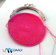 Como fazer um porta moedas de croché - Passo 5 Crochet Clutch Bags, Crotchet Bags, Crochet Coin Purse, Crochet Purse Patterns, Crochet Handbags, Crochet Purses, Crochet Diy, Crochet Fabric, Love Crochet
