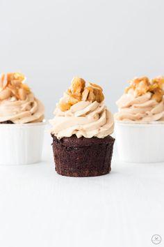Schoko-Cupcakes mit Erdnussbutter-Frosting und Erdnuss-Krokant - 3 Stück nebeneinander