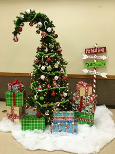 Celebrate Christmas in Grinch style. Here are best Grinch Christmas Party ideas. From Grinch Christmas decor to Grinch themed Christmas recipes are here. Whoville Christmas Decorations, Christmas Party Table, Grinch Christmas Decorations, Office Christmas, Christmas Themes, Christmas Holidays, Christmas Wreaths, Modern Christmas, Christmas Decorating Themes