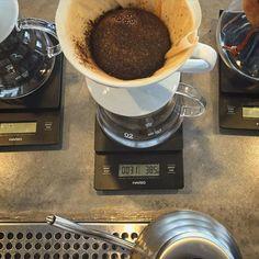 Cuidamos cada detalle en la preparación de tu bebida. #tostadolocalmente #tostadoresdecafe #coffee #v60 #hario #dripcoffee http://ift.tt/20b7VYo