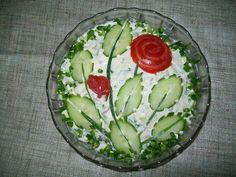 Potato salad decoration of cucumber ovals, halved & nicked, with green onion stems & tomato roses Cute Food, Good Food, Vegetable Carving, Food Garnishes, Garnishing, Cooking Recipes, Healthy Recipes, Edible Arrangements, Snacks Für Party
