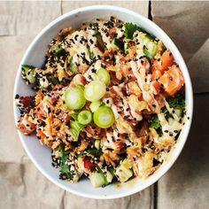 Poké bowl är lite som en blandning mellan sushi och tacos. Rätten har sitt ursprung i hawaiiansk husmanskost och har på kort tid blivit populär i Sverige. Här toppas en bädd av ris med råmarinerad lax, kimchi, salladslök och sesamfrön. Så enkelt, men så gott!