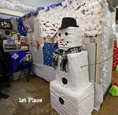 15 Office Christmas Decorating Contest Ideas Which Are So Inspiring Christmas Cube Decorations, Office Xmas Decorations, Snowman Decorations, Cubicle Decorations, Cubicle Ideas, Work Cubicle, Christmas Ideas, Winter Decorations, Office Christmas Party