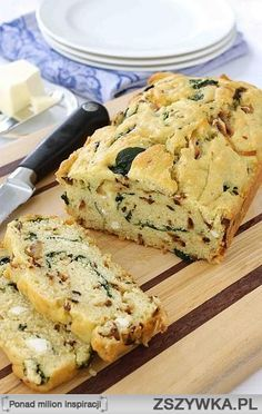 Chleb z cebulą & szpinakiem    3 łyżeczki oliwy z oliwek  1 duża cebula, przecięta na pół i pokrojona w cienkie plasterki 1/2 łyżeczki soli  2 szklanki świeżych liści szpinaku 2 ząbki czosnku, posiekane 2 1/2 szklanki mąki 2 łyżeczki proszku do pieczenia 1/2 łyżeczki soli 2 jajka, lekko roztrzepane 3/4 filiżanki mleka 2% 2/3 filiżanki oliwy z oliwek 5 dag rozdrobnionej  fety Masła i mąka do formy  Rozgrzej piekarnik do 180 stopni C.  Rozgrzej2 łyżeczki oliwy z oliwek na patelni na średnim…