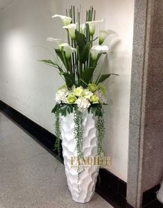 Flower Arrangement Designs, Artificial Flower Arrangements, Artificial Flowers, Floral Arrangements, Round Glass Vase, Stair Decor, Elegant Flowers, Flower Vases, Pure Products