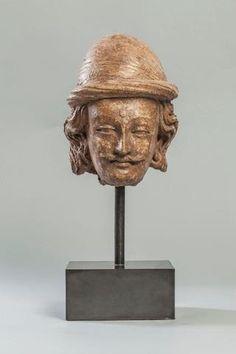 Tête de disciple du Buddha à la moustache et chevelure bouclés, coiffée d'un turban, marquée de l'urna au centre du front. Stuc. HT 20 cm