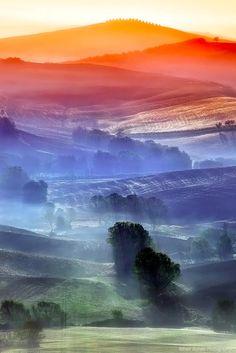 七色に染まった色と光の層が美しい、イタリア・トスカーナ地方の幻想的な景色の写真いろいろ - DNA