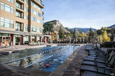 After a refreshing dip in this pool located in Avon, CO, grab a drink and relax while you take in the stunning mountain views.