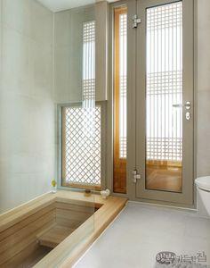 2012년 9월, 은평구 진관사 초입에 한옥마을을 조성하기 위해 부지를 분양하기 시작했다. 그로부터 3년 후 내로라하는 한옥 전문가가 모두 참여해 한옥 설계의 각축장이라 표현하는 이곳에 주택으로는 첫 번째인 목경헌이 모습을 드러냈다. 20년 동안 아파트에서만 살던 배윤목ㆍ허성경 부부는 한옥 생활이 더없이 만족스럽다. Traditional Interior, Traditional Bathroom, Traditional House, Asian Interior Design, Bathroom Interior Design, Style At Home, Baths Interior, Eclectic Bathroom, Loft Interiors