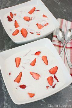Kokoscreme mit frischen Erdbeeren