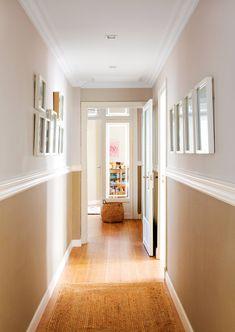 Pasillo con arrimadero con papel pintado y cuadros_ 00451601. Decorado con un arrimadero de papel pintado Interior Color Schemes, Interior House Colors, Home Interior Design, Paint Colors For Living Room, Wall Paint Colors, Halls, Hallway Inspiration, Diy Wall Painting, Hallway Decorating