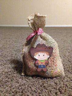 dulcero vaquero Farm Animal Birthday, Cowboy Birthday, Cowboy Party, Candy Bags, Goodie Bags, Party Fiesta, Toy Story Party, Ideas Para Fiestas, Pirate Theme