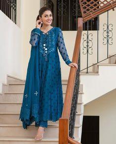 Simple Pakistani Dresses, Indian Gowns Dresses, Pakistani Dress Design, Pakistani Outfits, Indian Outfits, Pakistani Mehndi, Shadi Dresses, Pakistani Designer Suits, Pakistani Models