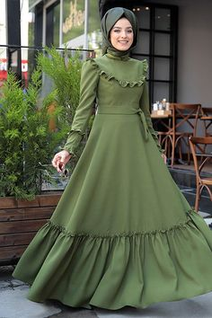 Zehrace Yeşil Emma Fırfırlı Elbise Attire from girls's favourite gadgets of attire may very well be the primary aspect to … Muslim Evening Dresses, Hijab Evening Dress, Indian Gowns Dresses, Muslim Dress, African Fashion Dresses, Red Evening Gowns, Hijab Dress, Hijabi Gowns, Estilo Abaya