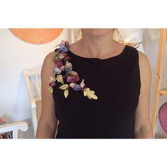 Nuestras hombreras le dan la vuelta a cualquier prenda. ------------------------------------------ #designer #hombreras #invitas #novias #bridal #invitadaperfecta #accessories #picoftheday #headdressdesigner #weddingfashion #weddingblog #weddinginspiration #bridal #igers  #taller #atelier #handmade #flowers #martinadorta