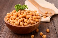 Garbanzo beans, also known as chickpeas, are used in a number of Middle Eastern and African dishes. Like many beans, garbanzo beans contain healthy amounts of protein, as well as a number of other beneficial nutrients such as fiber. Good Healthy Recipes, Healthy Life, Healthy Snacks, Healthy Eating, Superfood, Saturated Fat Foods, Chickpeas Benefits, Alkaline Diet Recipes, Avocado Dressing