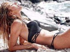 La modelo sudafricana Candice Swanepoel ha sido las encargada de presentar la nueva colección de trajes de baño de la firma Victoria's Secret. Swanepoel, de 26 años, muestra su envidiable figura portando los diminutos trajes de baño de la nueva colecciónSwim de la reconocida marca. Candice ha sido portada de las revistas Vogue, […]