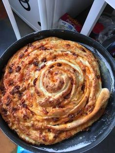 Baconos és kolbászos csigakenyér Pizza Recipes, Bread Recipes, Pizza Boxes, Salty Cake, Appetisers, Bread Rolls, Canapes, Bacon, Bakery