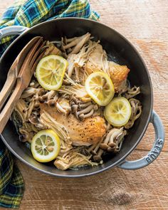 安い食材で、ささっとつくれて、しかも箸が止まらない! 皆が熱望するレシピを紹介してくれるのは、伝説の家政婦・志麻さん。訪れた家庭の冷蔵庫にある食材を見事に使い回して、次々と絶品料理をつくるそのスゴ技は、まさに伝説級。 今回は、激安食材の代表格、鶏胸肉を時短で絶品おかずにするレシピを紹介します。 Stove Top Recipes, Meat Recipes, Chicken Recipes, Asian Recipes, Cooking Recipes, Healthy Recipes, Cafe Food, Food Menu, Staub Recipe