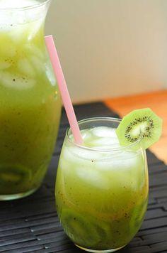 vaso y jarra con agua de kiwi puestos sobre la mesa
