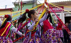 Meninas dançam durante a Festa do Divino, em São Luiz do Paraitinga, no interior de São Paulo