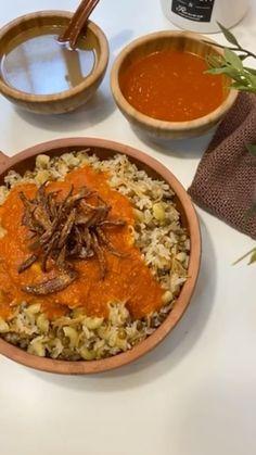 "HANAA.COOK🇰🇼 on Instagram: ""@fatenuser من مطبخ الشيف المبدعه فاتن ❤️❤️ @fatenuser الطريقه نقطع بصلتين كبار لشرايح رفيعه جدا ونرشهم رشة خفيفه ملح وملعقتين دقيق او نشا…"" Arabic Recipes, Arabic Food, Curry, Ethnic Recipes, Arabian Food, Curries"