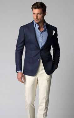 Business casual combo inspiration with cream trousers navy blazer light blue shirt white linen pocket square - Herren- und Damenmode - Kleidung Navy Blazer Outfits, Look Blazer, Navy Blazers, Cream Trousers, Cream Pants, Traje Casual, Business Outfit, Business Casual Outfits, Stylish Men