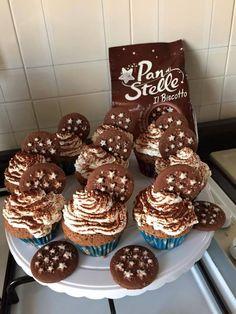 Ingredienti per 10 cupcake: 2 uova 100 gr di zucchero 80 gr di biscotti pan di stelle 75 gr di farina 85 gr di burro 1 cucchiaino di lievito per dolci 1 cu