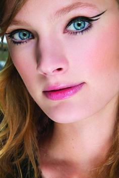En cuestión de delineados, nada está escrito, puedes divertirte con cualquier forma. ROMPE REGLAS, en Belleza de la Revista KENA, búscalo en la edición de diciembre. Sorprende con tu maquillaje.  Foto de IStock.