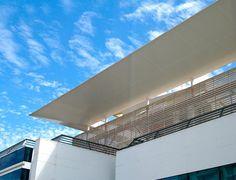 DVLUX de DVP es un sistema de quiebravista fabricado en PVC rígido, resistente y de alto nivel estético. Se utiliza como revestimiento exterior, regulador de luz y ventilación para cielos o muros falsos.