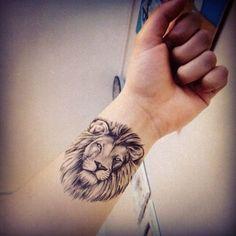 Tatuajes de leones Descubre las mejores fotos de tatuajes de leones Los tatuajes de leones son uno de los más populares dentro de los tatuajes de animales. Los leones resultan muy atractivos, no solo por su aspecto sino, también, por su significado simbólico de fuerza, orgullo y poder. La mayoría de los tatuajes