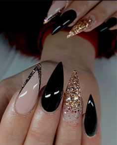 Discovered by ℱℛᎯℕℂℰЅℂᎯ. Find images and videos about nails and glitter on We Heart It - the app to get lost in what you love. Nail Design Stiletto, Stiletto Nails, Gel Nails, Coffin Nails, Gorgeous Nails, Pretty Nails, Perfect Nails, Black Wedding Nails, Black Nails With Glitter