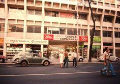 Av. N. S. Copacabana, em Copacabana - 1971 Na foto, vemos o edifício Central Copacabana 680, com a Importadora Guanabara e o Cine Joia.