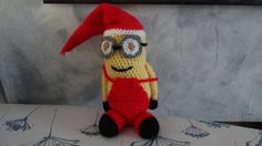 Minion mignon en tenue de Noël au crochet : Décoration pour enfants par hi-megi