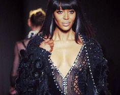 Naomi Campbell causa sensación en el show de #Versace Atelier, fresh from #Instagram