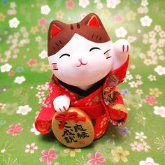 【今日の招き猫】ちりめん良縁招き猫。恋を叶えたい人に人気です(^^) Today's manekineko is love manekineko.  #猫 #招き猫 #猫グッズ #manekineko #kappabashi #かっぱ橋 #manekinekolovers…