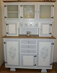 Retro Furniture Makeover, Shabby Chic Furniture, Furniture Decor, Painted Furniture, Vintage Shabby Chic, Vintage Decor, Küchen Design, Kitchen Cupboards, Vintage Kitchen