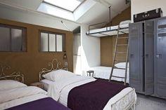 Chambre comme un dortoir réaménagée par le réseau d'architectes Archionline dans une maison en pierre