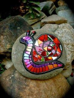 Mosaic snail made from old CDs and glued to a stone for the garden! I JUST cut up some old CDs too! Mosaic Crafts, Mosaic Projects, Mosaic Art, Mosaic Glass, Mosaic Tiles, Glass Art, Mosaics, Stained Glass, Mosaic Mirrors