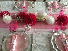 Décoration de table fleurie, réalisé par Chä&co. Ornament Wreath, Ornaments, Decoration, Wreaths, Table, Home Decor, Flowers, Decor, Decoration Home
