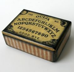 Recycle Reuse Renew Mother Earth Projects: How to make a Altoid tin ouija board Ouija, Altered Boxes, Altered Art, Halloween Crafts, Halloween Decorations, Halloween Ideas, Treasure Boxes, Treasure Chest, Little Boxes