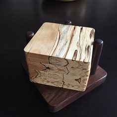These unique coasters show off beautiful wood grains. These unique coasters show off beautiful wood Diy Cutting Board, Wood Cutting Boards, Fine Woodworking, Woodworking Projects, Woodworking Classes, Small Projects Ideas, Small Wood Box, Wooden Coasters, Coaster Furniture
