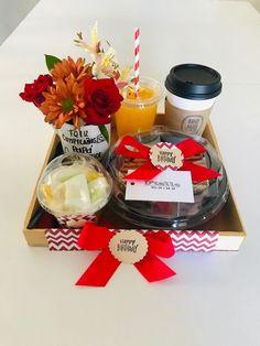 Desayunos  #desayunos #Desayunossorpresa Boyfriend Anniversary Gifts, Boyfriend Gifts, Diy Presents, Diy Gifts, Diy Birthday, Birthday Gifts, Breakfast Basket, Birthday Wishes Flowers, Graze Box